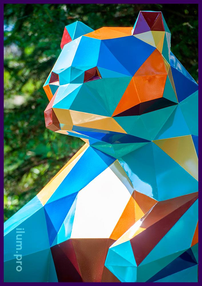 Медведь металлический полигональный с разноцветным покрытием, необычный арт-объект, символ места