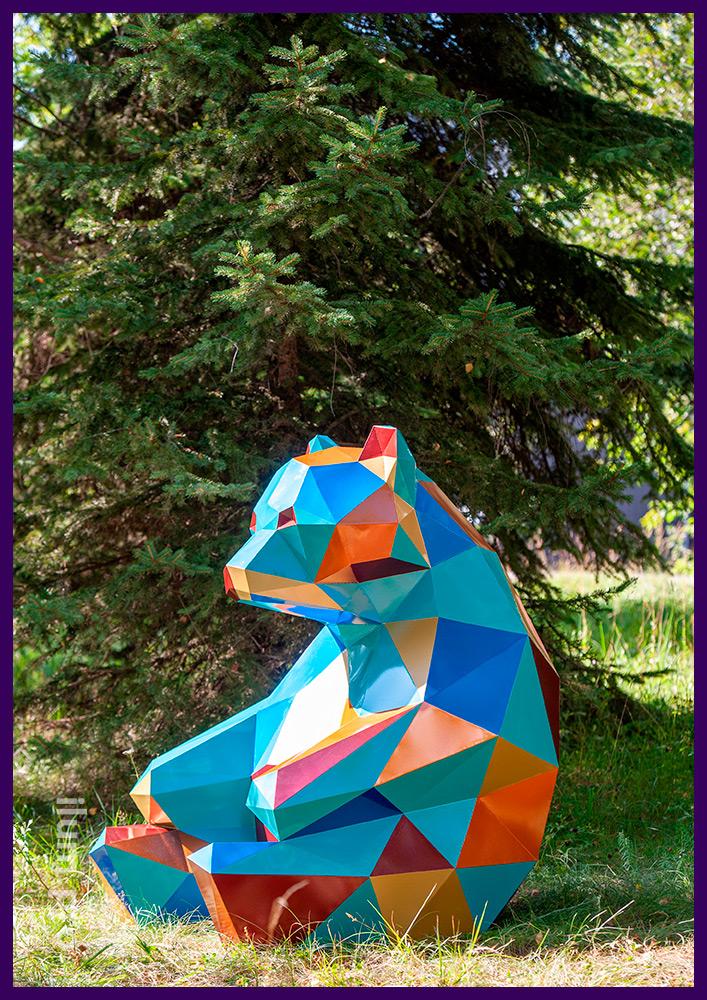 Разноцветный полигональный медведь из стали, украшение газона необычными арт-объектами