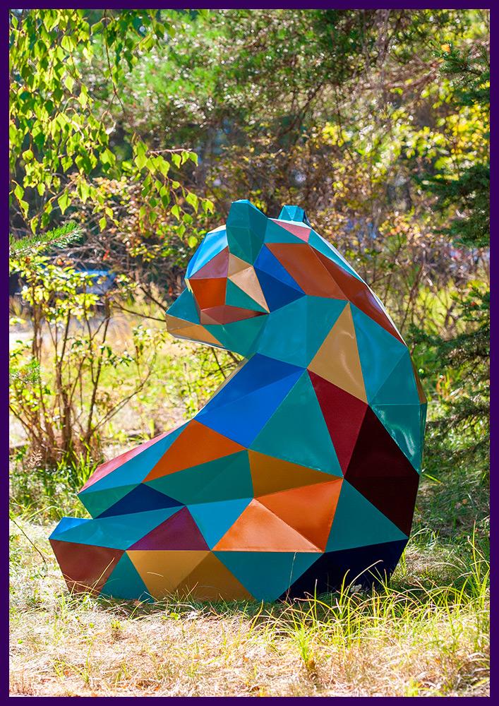 Медведь полигональный металлический, разноцветный арт-объект в парке