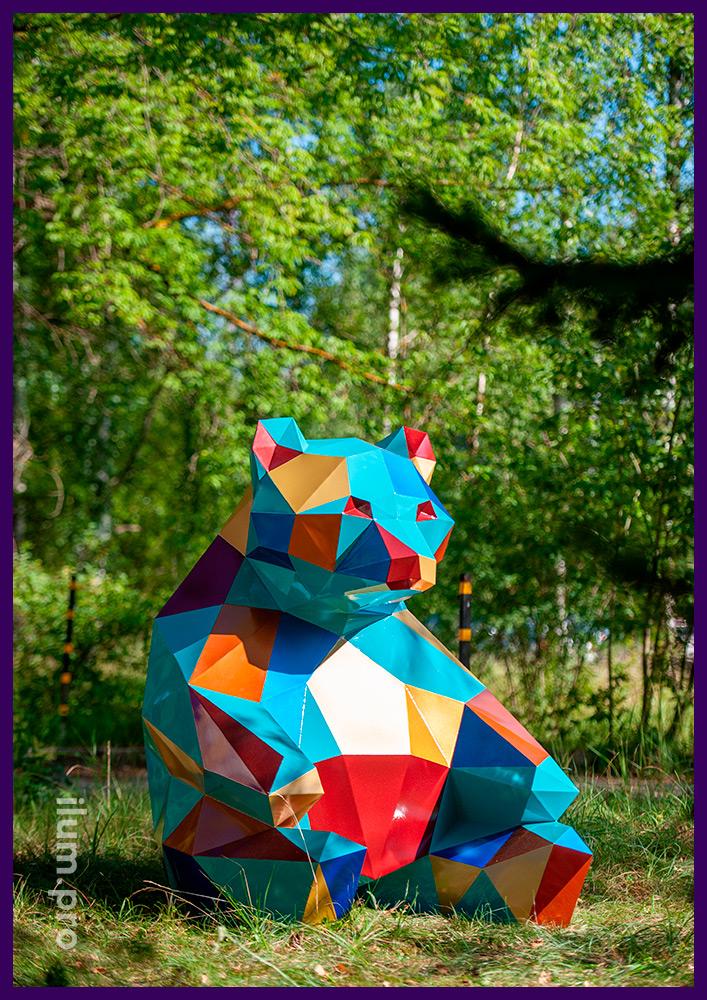 Разноцветная полигональная скульптура из металла в парке - медведь из стали