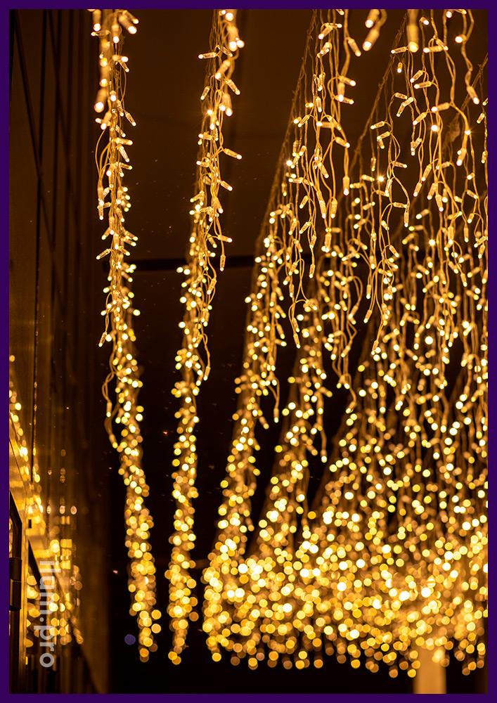 Украшение веранды ресторана в Иркутске светодиодными гирляндами тёпло-белого цвета