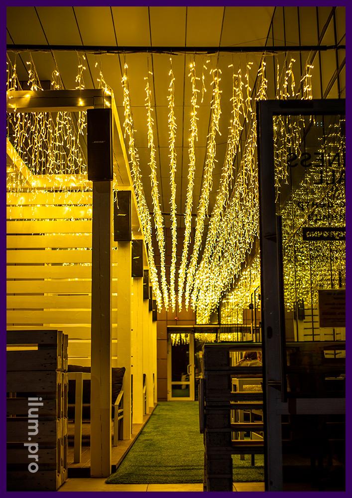 Украшение ресторана в Иркутске гирляндами, тёпло-белая светодиодная бахрома