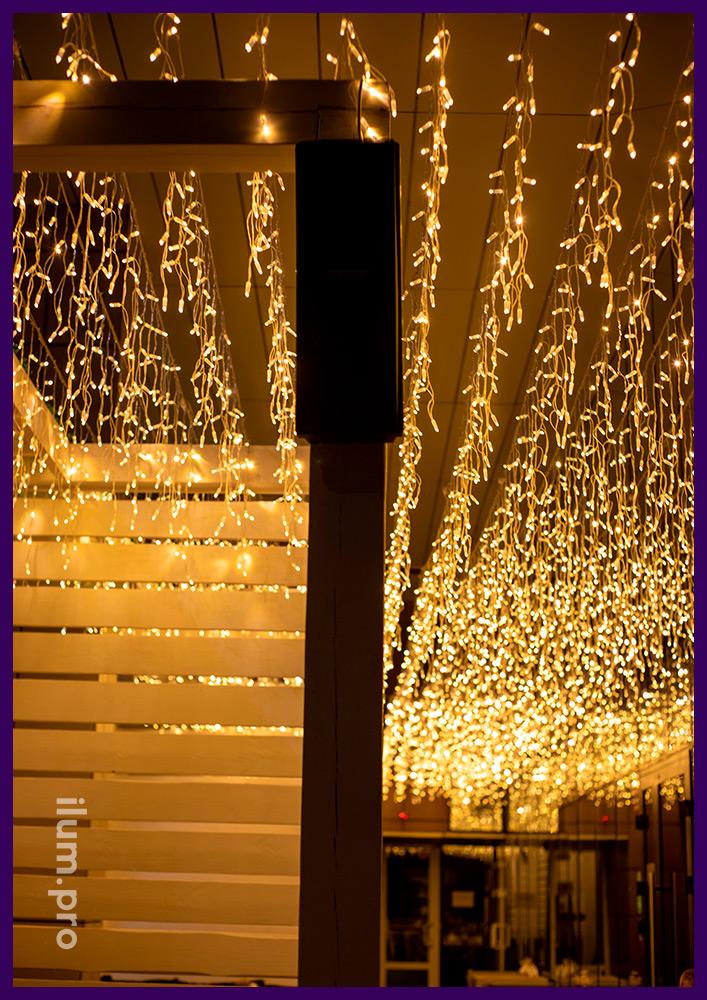 Тёпло-белая гирлянда бахрома для гастробара, подсветка летней террасы в Иркутске