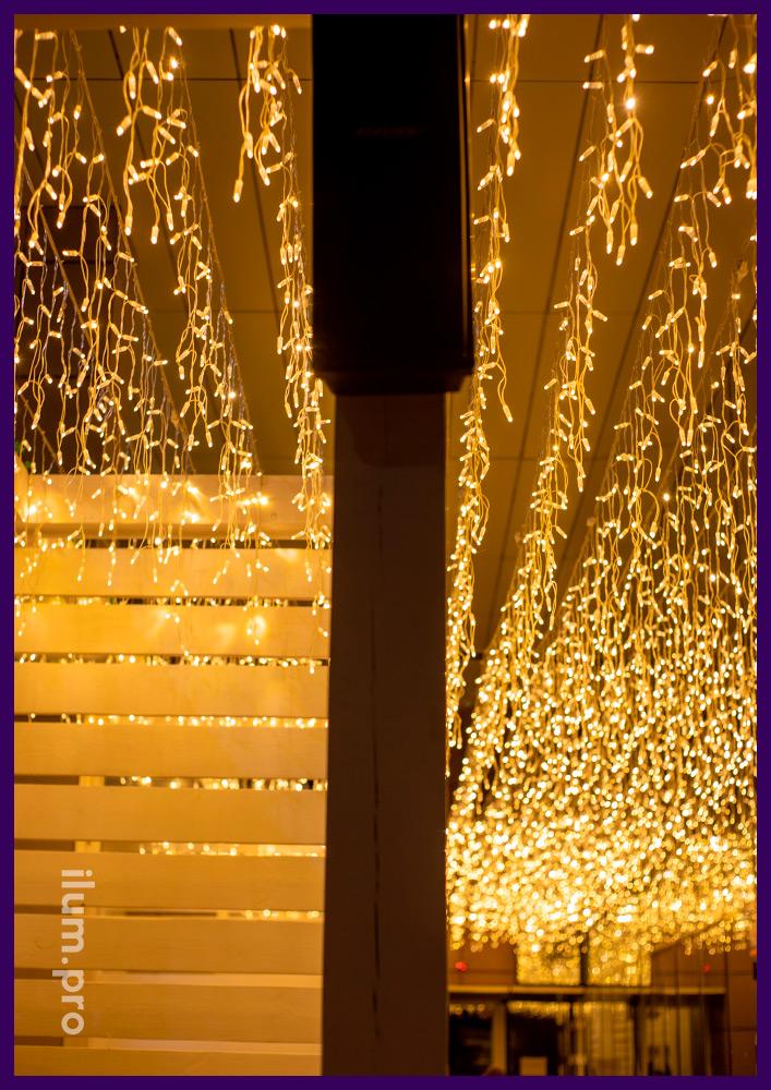 Гирлянды светодиодные тёплых оттенков для украшения летней веранды ресторана