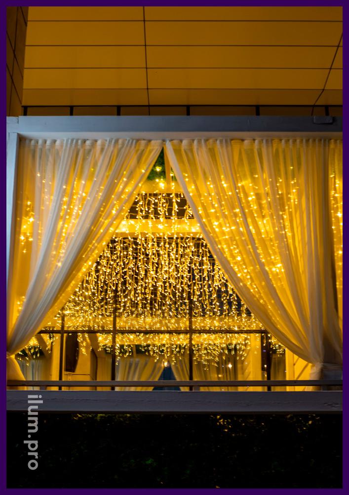 Подсветка гастробара в Иркутске уличной гирляндой бахрома тёпло-белого цвета