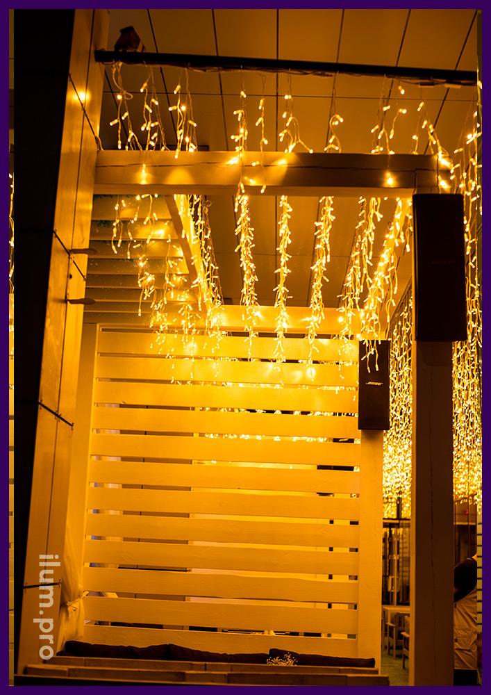 Бахрома светодиодная тёпло-белая на летней веранде в Иркутске