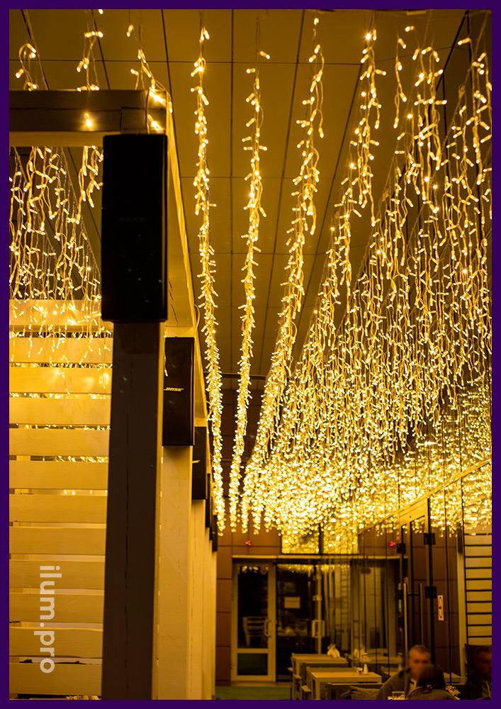 Тёпло-белая светодиодная подсветка ресторана гирляндами, звёздное небо из бахромы