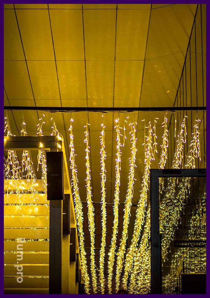 Подсветка летней веранды ресторана гирляндами тёплых оттенков