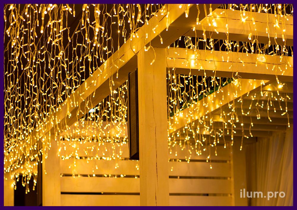 Украшение ресторана в Иркутске светодиодными гирляндами, тёпло-белая бахрома, IP65