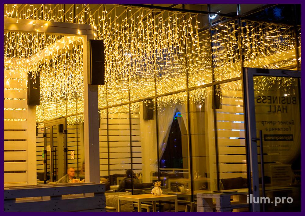 Тёпло-белая светодиодная подсветка летней террасы гирляндой бахрома, статика на прозрачном проводе