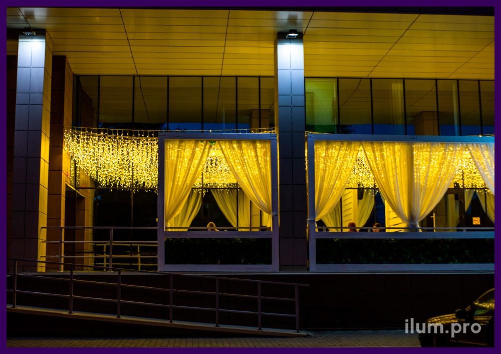 Светодиодная бахрома тёпло-белого цвета, чтобы украсить летнюю веранду гастробара