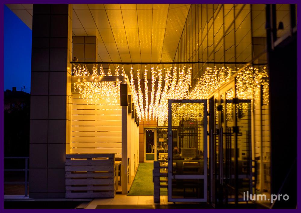 Тёпло-белая светодиодная иллюминация для летней веранды ресторана в Иркутске