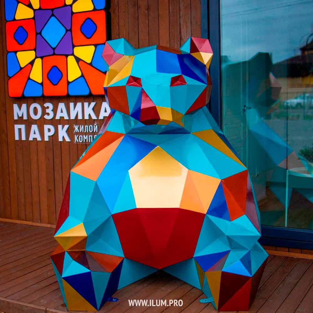 Разноцветный полигональный медведь перед офисом продаж ЖК «Мозаика Парк» в Тюмени