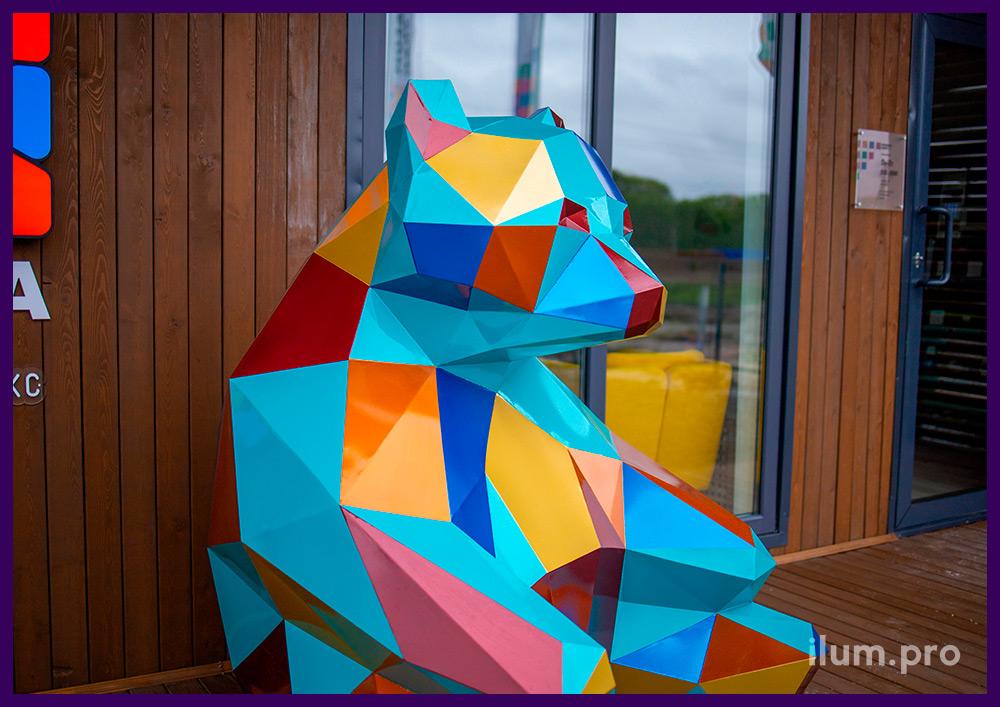 Полигональные скульптуры в Тюмени, медведь из металла для украшения входа в офис продаж