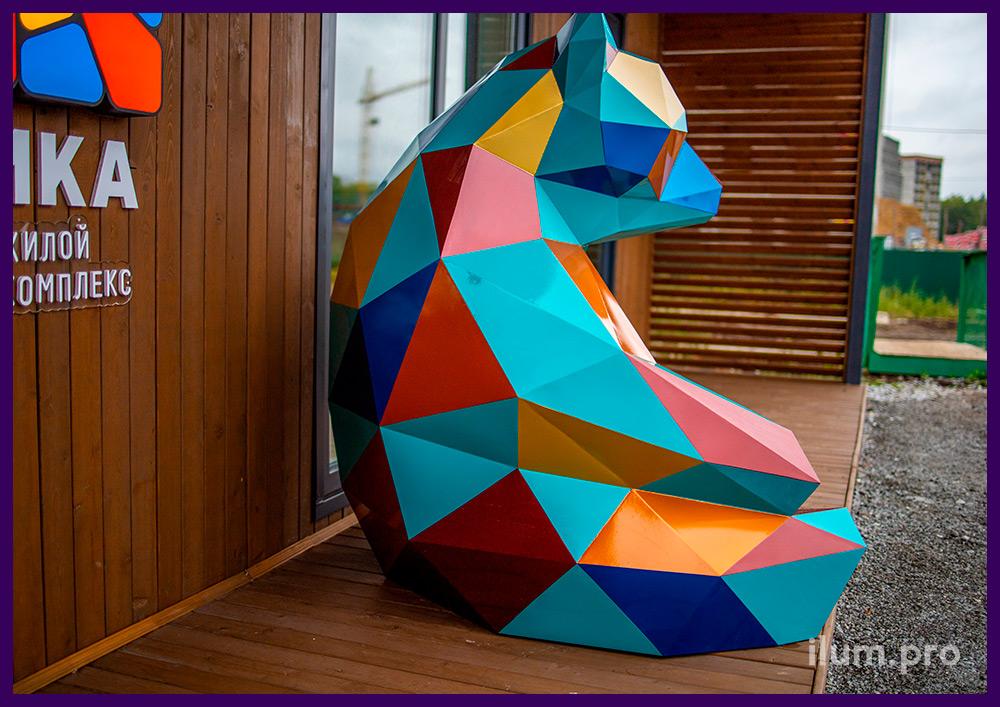 Медведь из стали в Тюмени - полигональный арт-объект перед входом в ЖК Мозаика Парк