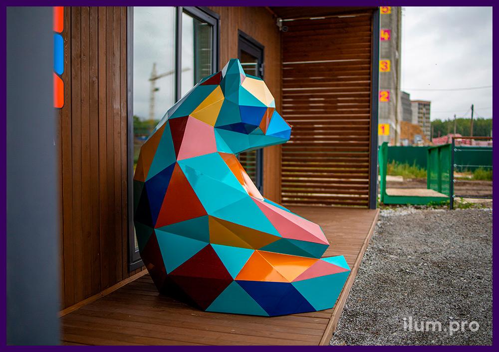 Полигональный медведь из стали, разноцветная фигура для благоустройства ЖК в Тюмени