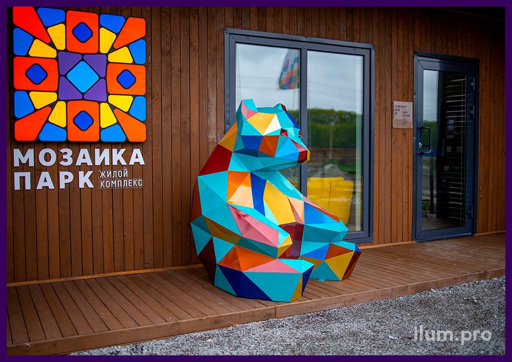 Металлический медведь полигональный с разноцветной поверхностью - арт-объект в Тюмени