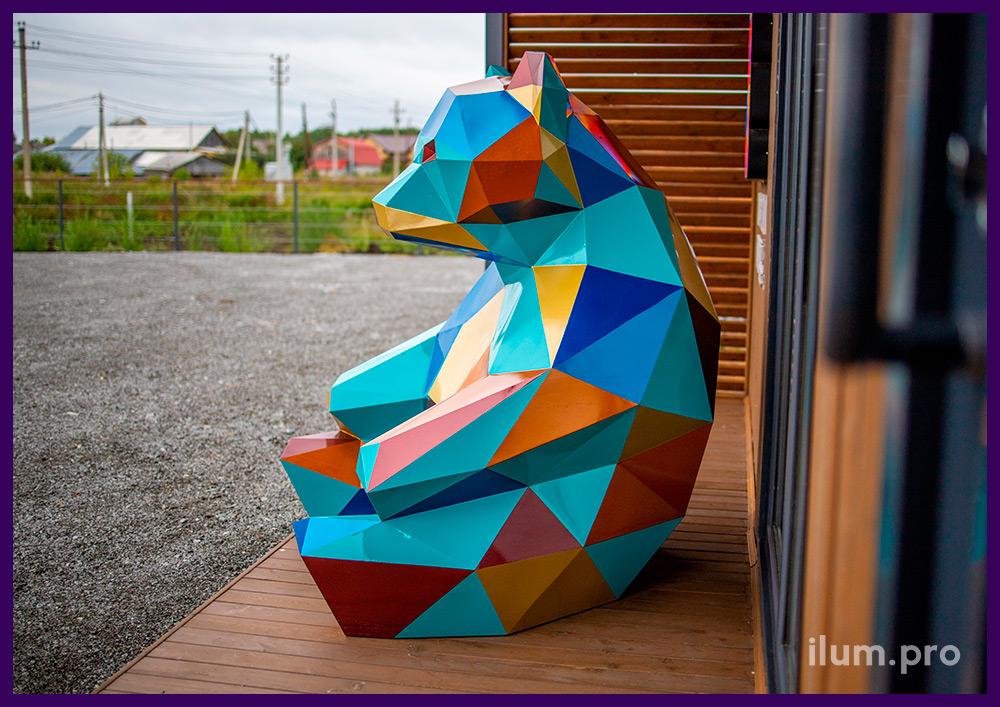 Фигура полигональная в форме разноцветного медведя, сидящего на улице
