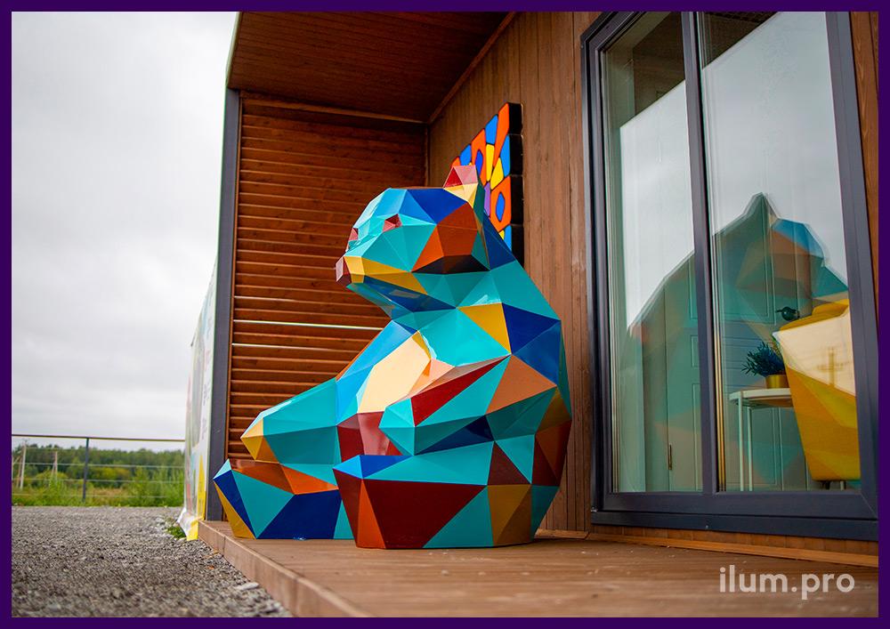 Фигура полигональная металлическая в форме сидящего медведя, разноцветная поверхность