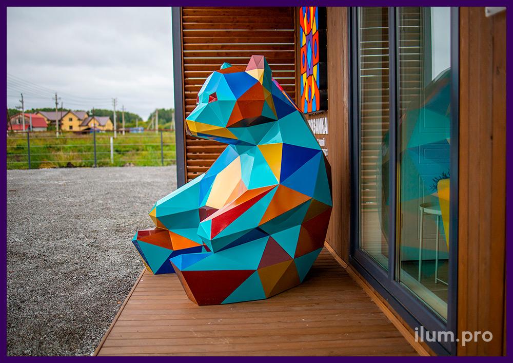 Сидящая полигональная фигура медведя из крашеной стали, арт-объект в Тюмени