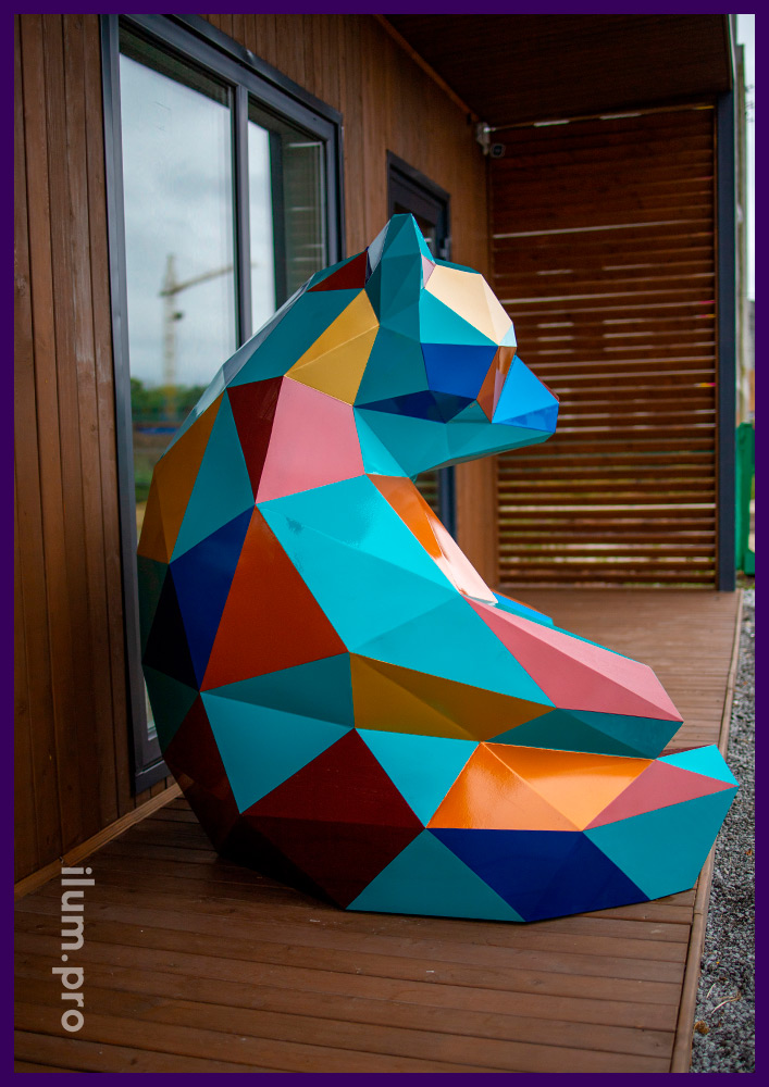 Металлический полигональный медведь в Тюмени - арт-объект рядом с офисом продаж жилого комплекса Мозаика Парк