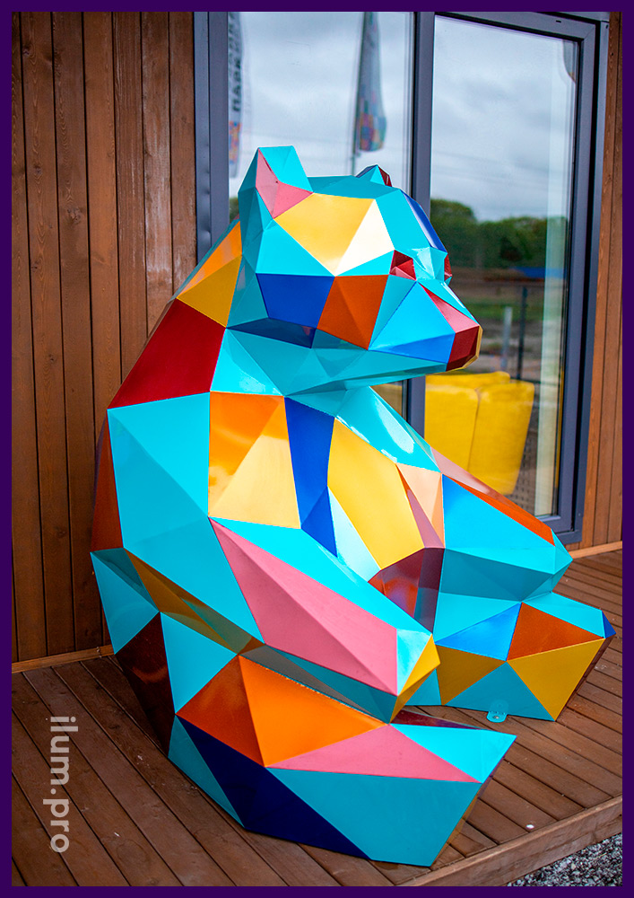 Металлический полигональный арт-объект рядом с офисом продаж в Тюмени - медведь в Мозаика Парк