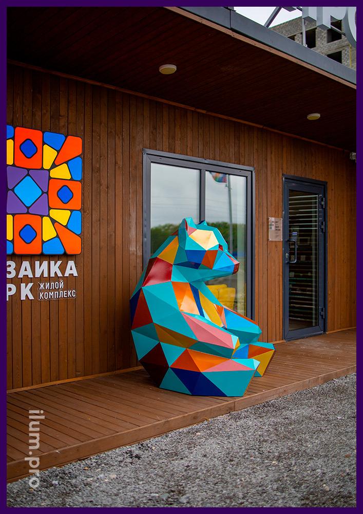 Установка металлического арт-объекта в Тюмени, полигональный медведь с разноцветной поверхностью