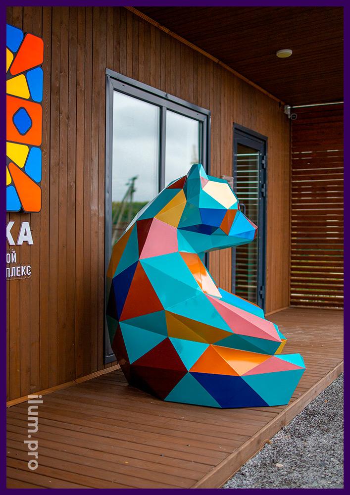 Фигура полигональная металлическая в форме медведя, арт-объект из крашеной стали в Тюмени