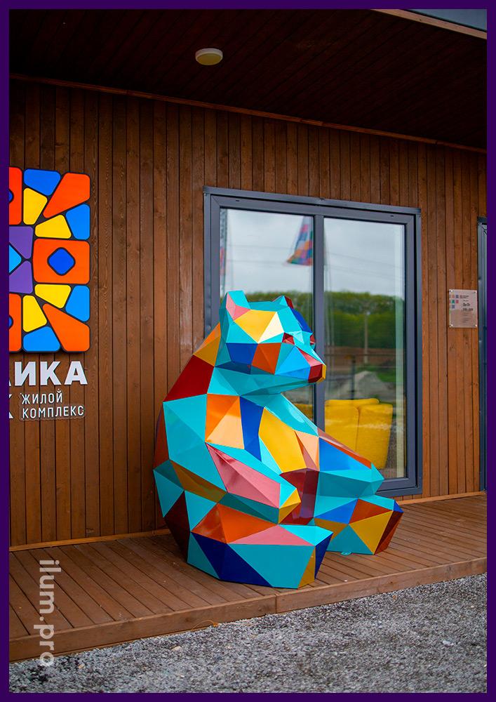 Фигура медведя полигональная перед офисом продаж ЖК Мозаика Парк в Тюмени