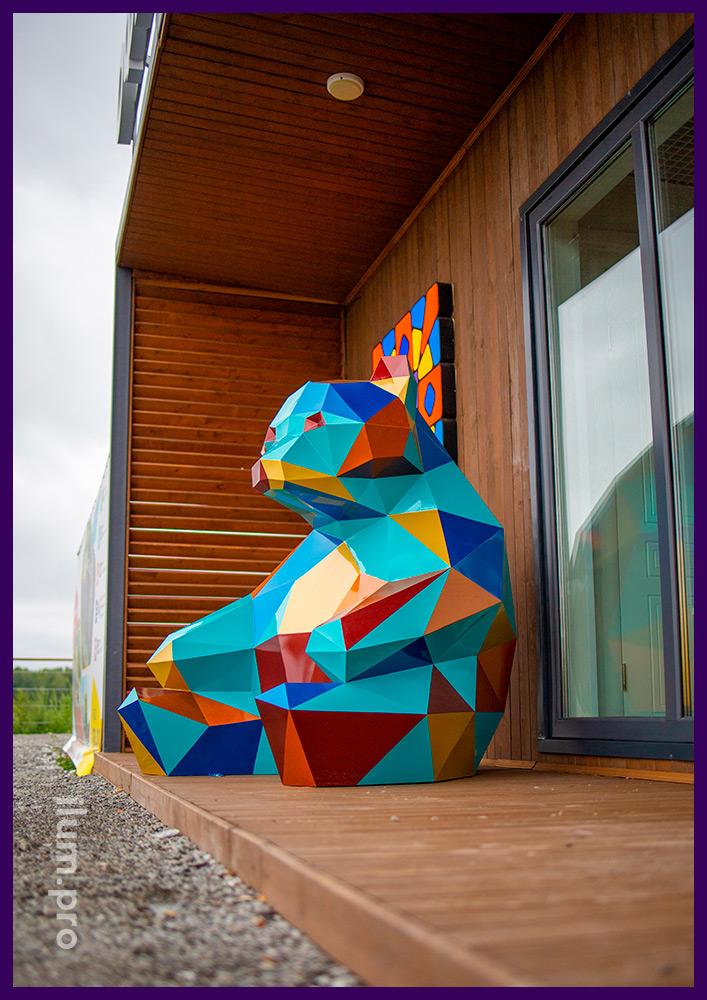 Медведь полигональный из металла - разноцветные фигуры для благоустройства в Тюмени