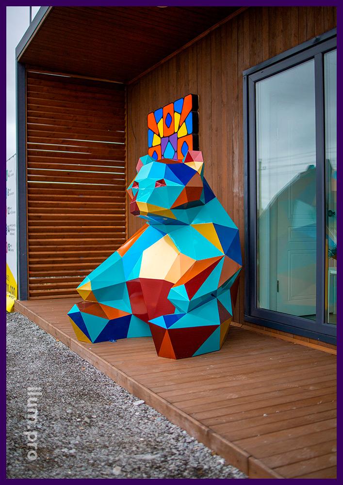 Медведь полигональный из стали - крашеный арт-объект для украшения ЖК Мозаика Парк в Тюмени