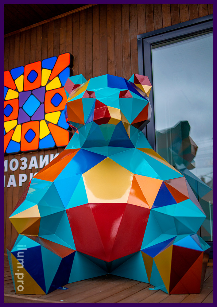 Разноцветная полигональная скульптура медведя из стали, необычный арт-объект в Тюмени