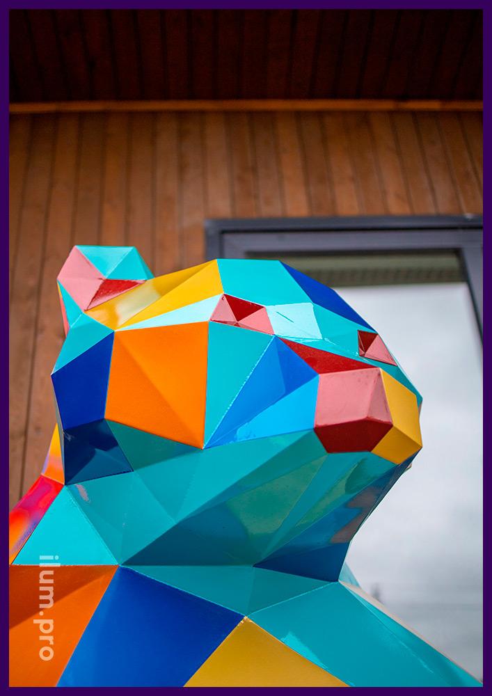 Металлический полигональный арт-объект в форме медведя с гранями разного цвета
