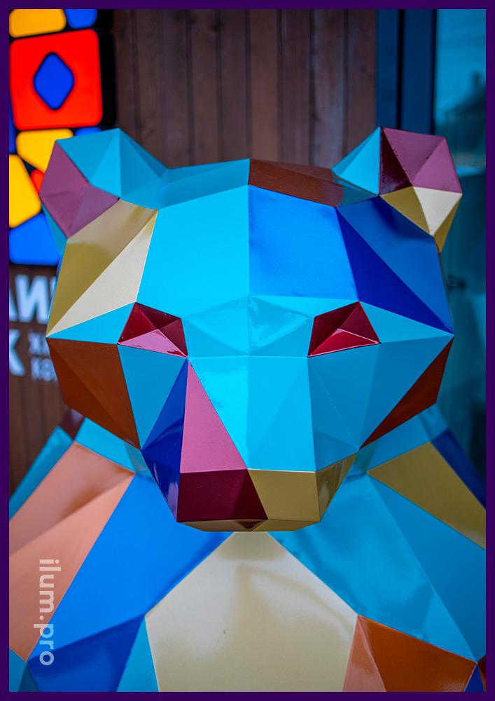 Фигура медведя полигональная перед офисом продаж в Тюмени, необычный арт-объект