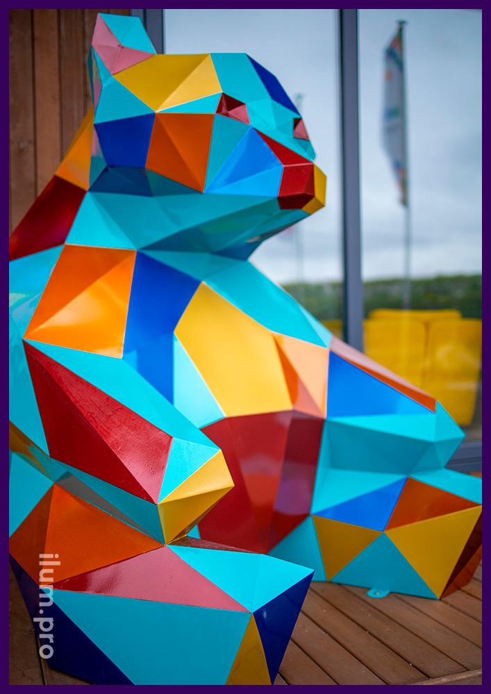Медведь разноцветный полигональный из крашеного металла в Тюмени