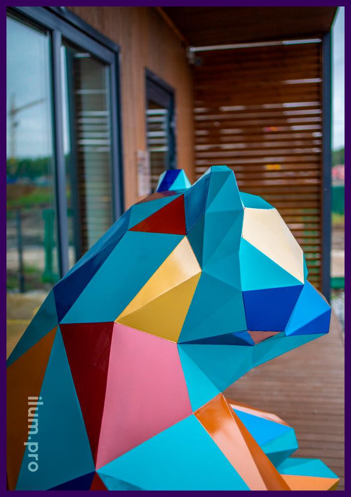 Установка металлического арт-объекта в Тюмени, украшение офиса продаж полигональной фигурой медведя