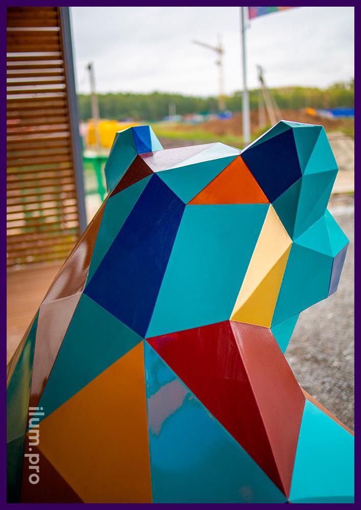 Металлический полигональный арт-объект в Тюмени, медведь, сидящий рядом с офисом продаж