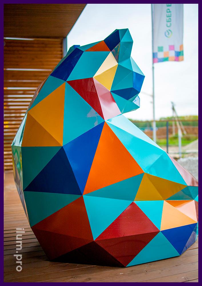 Медведь полигональный разноцветный в Тюмени, арт-объект для украшения ЖК Мозаика Парк