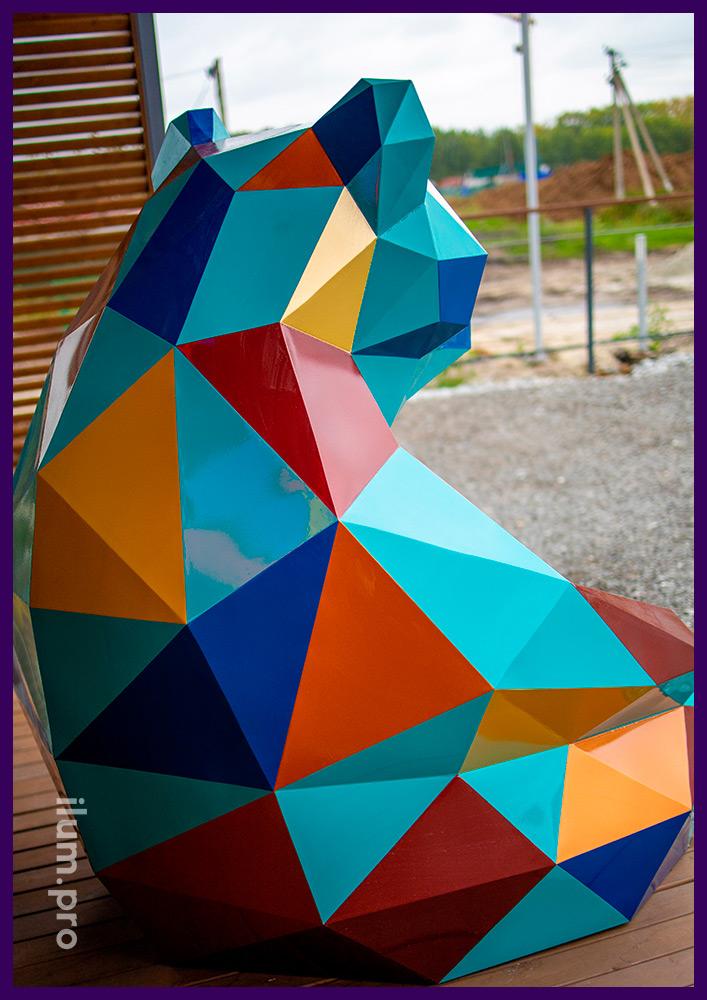 Медведь полигональный металлический с разноцветными гранями, ландшафтная фигура для парка