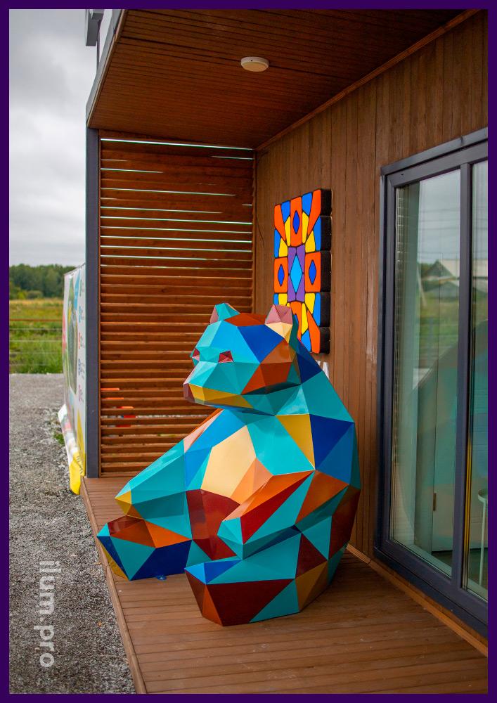 Фигура медведя полигональная с разноцветной поверхностью, металлический арт-объект