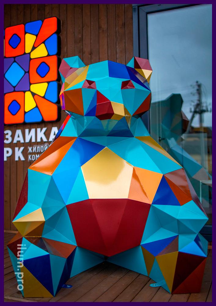 Объёмная полигональная фигура медведя из металла - разноцветный арт-объект в Тюмени