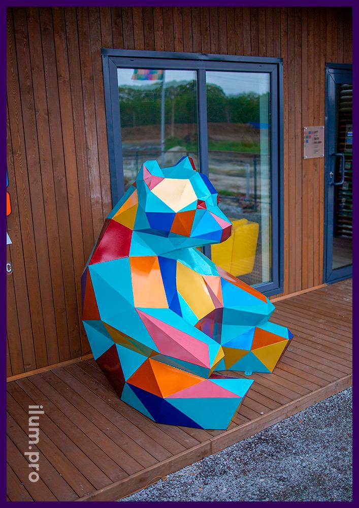Медведь стальной полигональный - арт-объект с разноцветной поверхностью