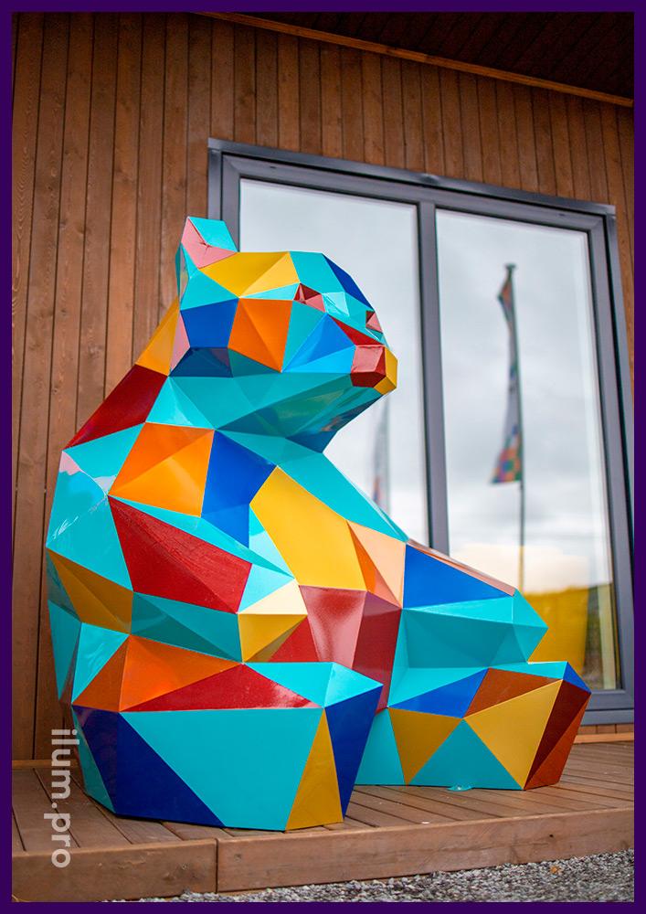 Медведь полигональный, сидящий перед офисом продаж ЖК Мозаика Парк в Тюмени, металлический арт-объект