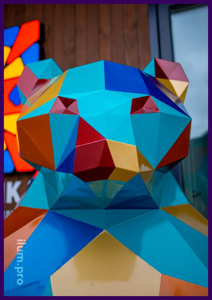 Фигура полигональная металлическая в форме медведя, разноцветный арт-объект