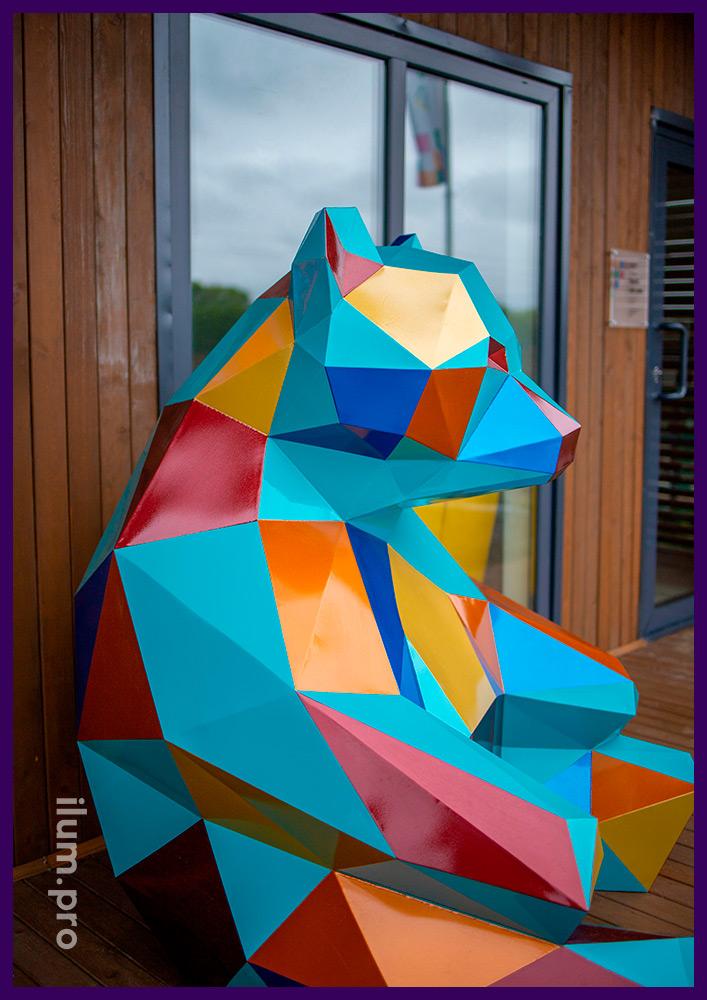 Медведь полигональный из стали - арт-объект с разноцветной поверхностью в Тюмени