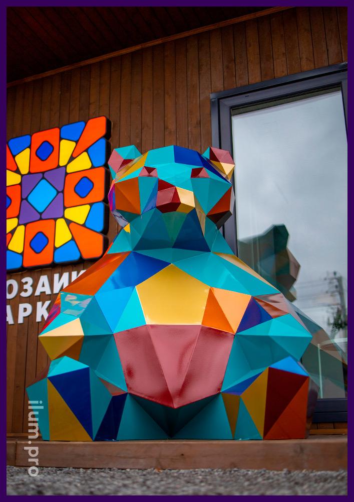 Медведь полигональный разноцветный - арт-объект для украшения офиса продаж ЖК в Тюмени