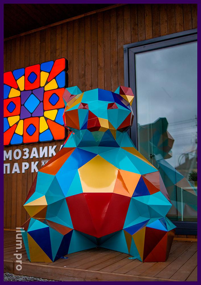 Фигура металлического полигонального медведя с разноцветной поверхностью в Тюмени