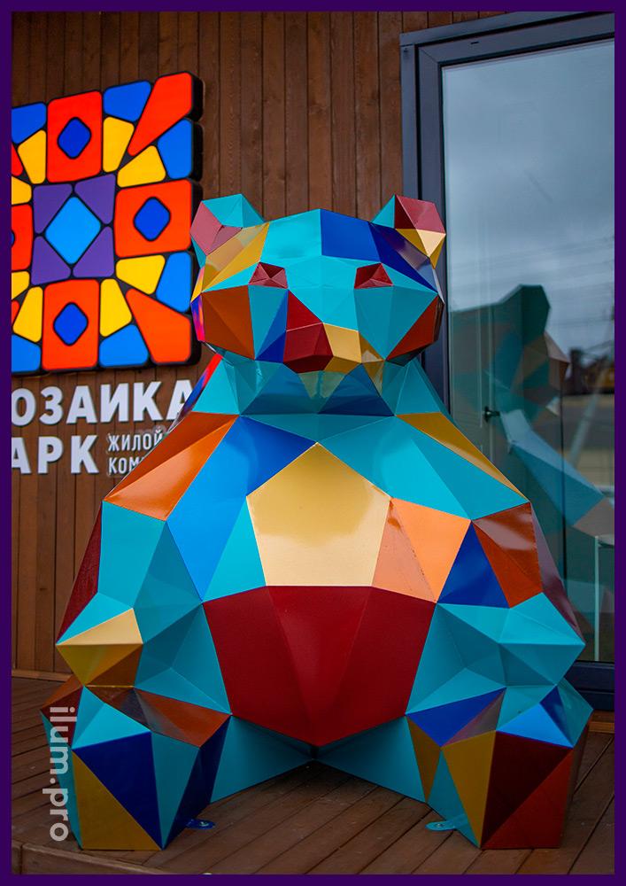Большая полигональная фигура медведя с разноцветной поверхностью в Тюмени