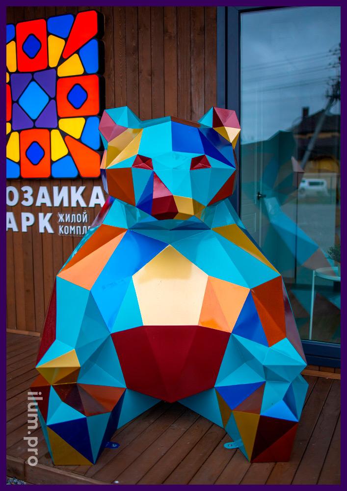 Арт-объект полигональный металлический в форме сидящего медведя с разноцветной поверхностью
