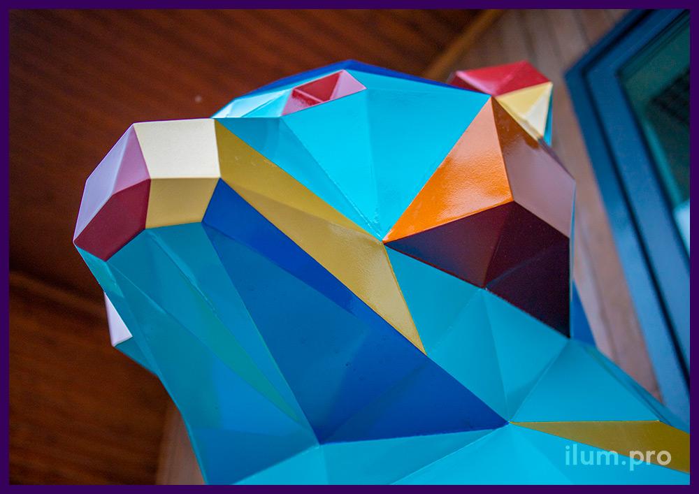 Медведь разноцветный полигональный - арт-объект, сваренный из листовой стали